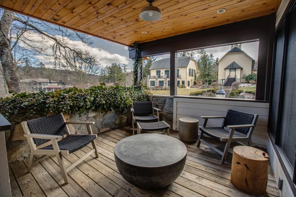 Lofts-Rav porch